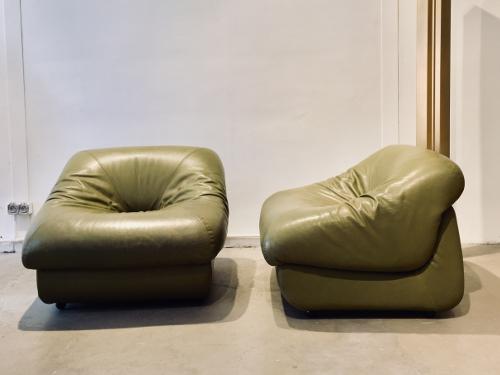 Paire de chauffeuses années 70, cuir vert
