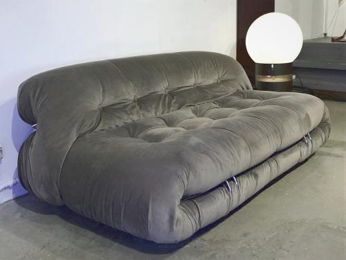 Canapé 2 places modèle Soriana, Tobia Scarpa, ed. Cassina, velours gris pâle